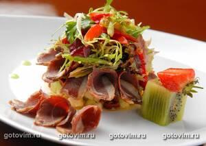 Ароматный салат с копченой утиной грудкой