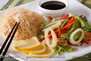 Салат с кальмаром и рисовой лапшой