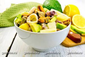 Салат с авокадо, вешенками и осьминогами