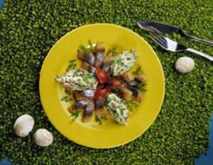Закуска из норвежской сельди с салатом из редиса