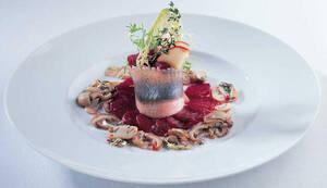 Филе норвежской сельди с маринованной свеклой и медово-грибным соусом