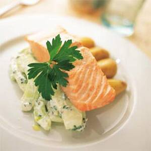 Филе форели норвежских фьордов паровое с салатом из огурцов и кислых яблок