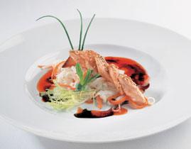 Мини-стейки из норвежской семги с рисовой пастой, соевым соусом и соусом чили
