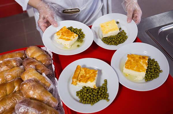 Попова заявила, что в школах выбрасывают половину приготовленной еды