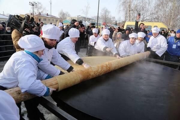 Самый большой блин испекли на фестивале санок