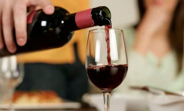 Врач Мясников посоветовал пить красное вино для смягчения постковидного синдрома