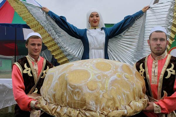 В Тобольском районе испекли баурсак-рекордсмен