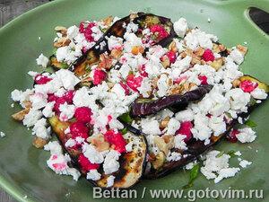 Салат из баклажанов на гриле с малиной и сыром фета
