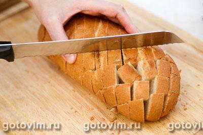 Батон, фаршированный сыром и чесноком, Шаг 04