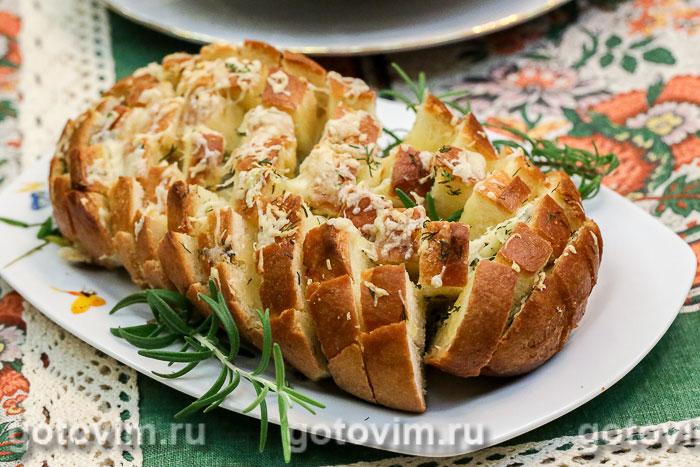 Батон, фаршированный сыром и чесноком. Фотография рецепта