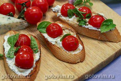Брускетта с творожным сыром, помидорами черри и базиликом