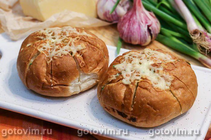 Теплые булочки с сыром и чесноком на завтрак. Фотография рецепта