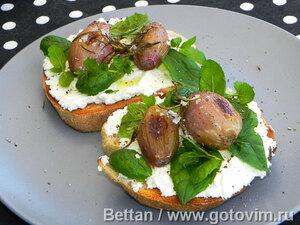Бутерброды с розмариновым луком, козьим сыром и мятой