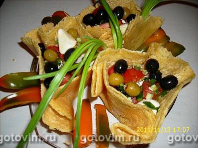 Сырные корзиночки с салатом из моцареллы с помидорами и зеленым луком. Фотография рецепта