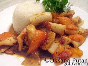 Кисло-сладкие кальмары, тушеные с овощами