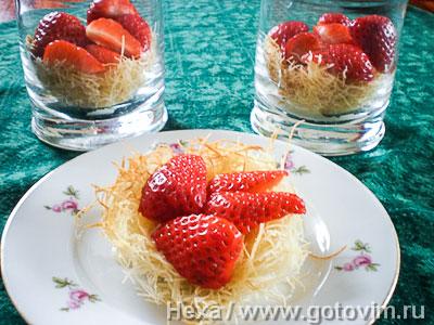 Десерт из кадаифа с клубникой и кремом патисьер. Фотография рецепта