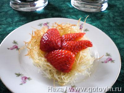 Десерт из кадаифа с клубникой и кремом патисьер, Шаг 07