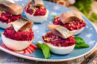 Яйца, фаршированные селедкой под шубой. Фотография рецепта