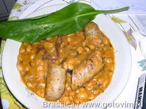 Фасоль с колбасками в горшке (гювеч)