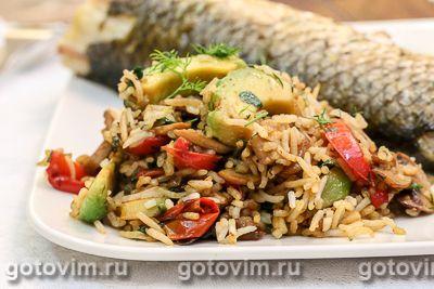 Жареный рис с авокадо и овощами