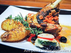 Голяшка ягнёнка в прованском соусе с овощными пирамидками
