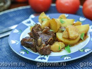 Тушеная говядина с картофелем и чесноком в горшочке