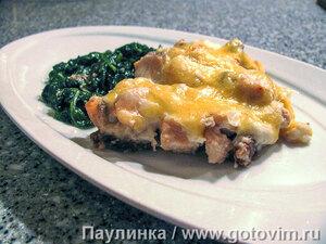 Запеканка из красной рыбы с хлебом и сырным соусом.
