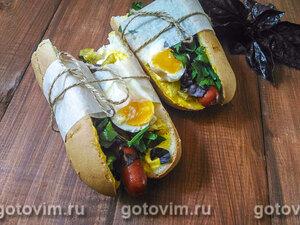 Хот-дог с острым маринованным перчиком, сыром фета и яйцом всмятку