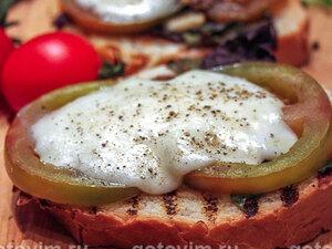 Томатная брускетта-гриль с сыром моцарелла, базиликом и чесноком