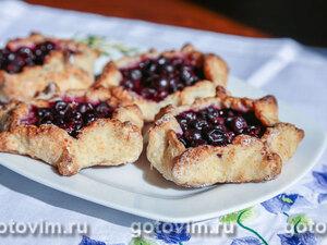 Пирожки-калитки из творожного теста с черной смородиной
