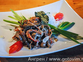 Карри из говядины с листьями кафира на рисовой лапше