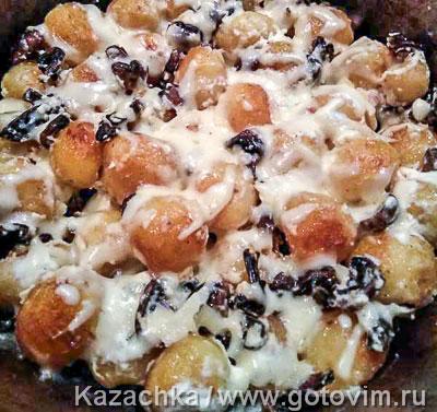 Молодой картофель с грибами, сметаной и сыром. Фотография рецепта