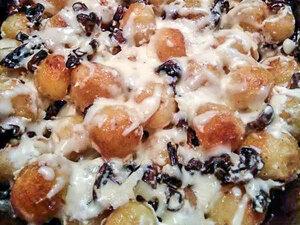 Молодой картофель с грибами, сметаной и сыром