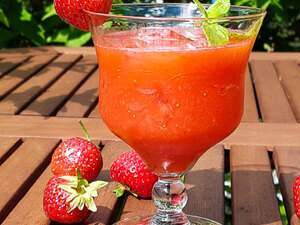 Клубничный коктейль с ромом и мятой