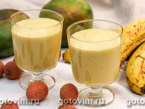 Молочный коктейль с мороженым, бананом и манго