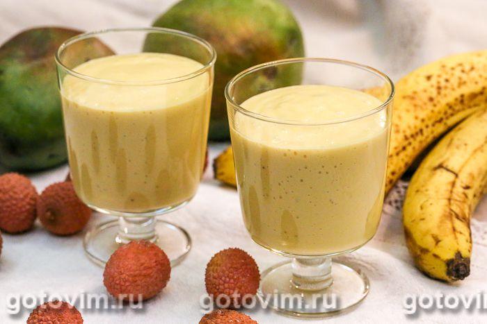 Молочный коктейль с мороженым, бананом и манго. Фотография рецепта