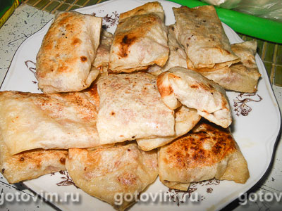 Конвертики из лаваша с колбасой и сыром. Фотография рецепта