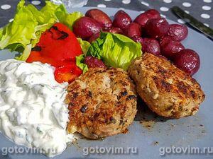 Котлеты из баранины с сыром фета, запеченным картофелем и соусом дзадзики