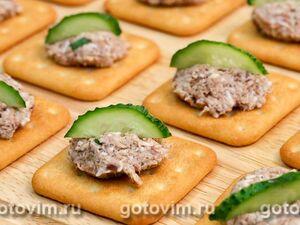 Закусочные крекеры с консервированной рыбой и копченым сыром