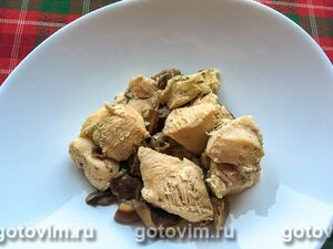 Тушеное куриное филе с лесными грибами и зеленой аджикой