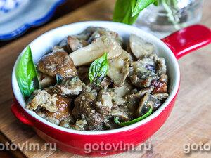 Куриные желудки с белыми грибами, тушеные в горшочке