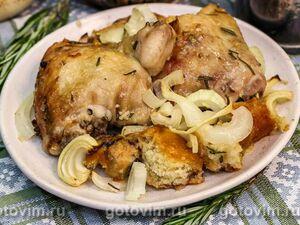 Курица в духовке, запеченная с хлебом, луком, чесноком и розмарином