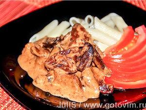 Куриные сердечки с сушеной грушей под сырным соусом