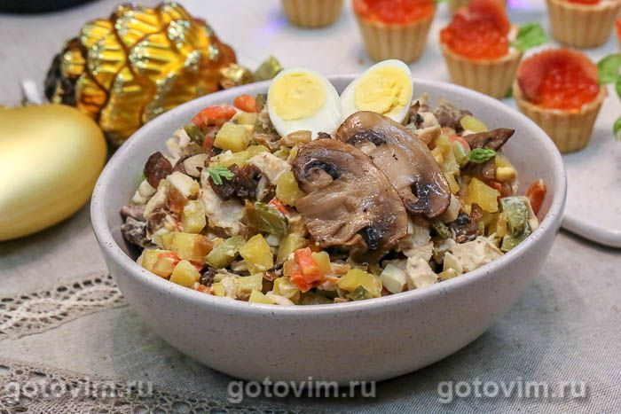 Машеровский салат с жареными грибами и курицей