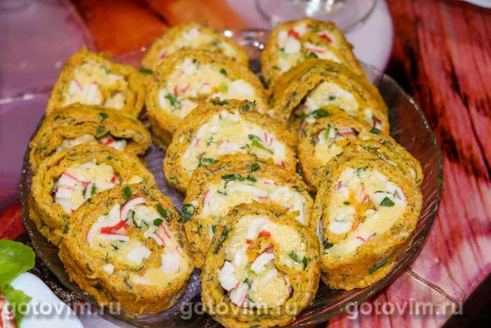 Морковный рулет с сыром и крабовыми палочками