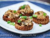 Тартинки из ржаного хлеба с телячьими мозгами и грибным соусом