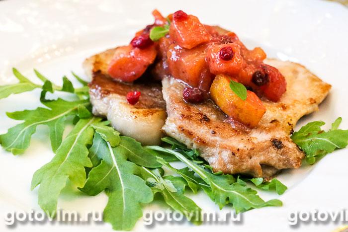 Мясо с соусом из хурмы и клюквы. Фотография рецепта