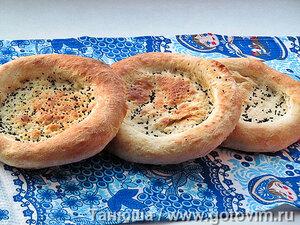 Простые таджикские лепешки оби нон («Хлеб на воде»)