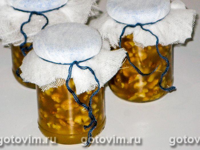 Зачем смешивают грецкие орехи с медом и как их едят
