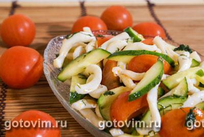 Острый овощной салат с кальмарами. Фотография рецепта
